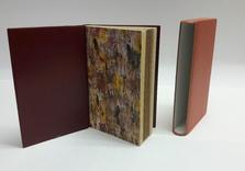 Doublure intérieure en box roux.  Papier-main aux encres d'imprimerie Etui bordé de box et plats en papier japonais