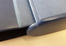 Chemise en box bleu et papiers japonais et étui bordé en box avec tranches de Tête et Queue recouverte