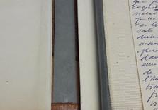 Détails de la restauration à l'intérieur du dos : nouvelle mousseline saine + soufflet et faux-dos en papier NON-ACIDE