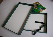 La nouvelle boîte. L'ancienne boîte trop fragile a été volontairement reconstruite. Papier du couvercle conservé.