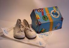 Boîte à chaussures Tintin et petite paire de chaussures pour enfant. AVANT
