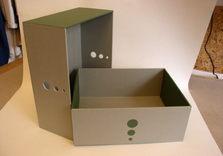 Boîte simple mais conçue pour être très solide.Les trous servent à attraper plus facilement le couvercle