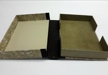 Boîte avec dos en cuir brun, plats en papier et intérieur en doublure de chair sous le livre